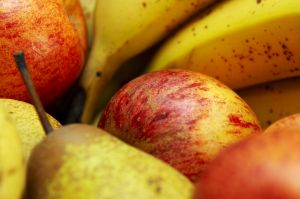 Apples, pears and bananas and other white fleshed fruit and vegetables, may reduce the risk of strokes, a new study in the Netherlands finds.